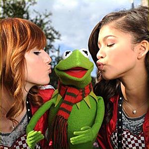 File:DisneyParksChristmasDayParade-Kiss-BellaThorne&Kermit&Zendaya-(2011).jpg