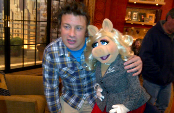 File:TheChew-MissPiggy-JamieOliver-(2011-11-16).png