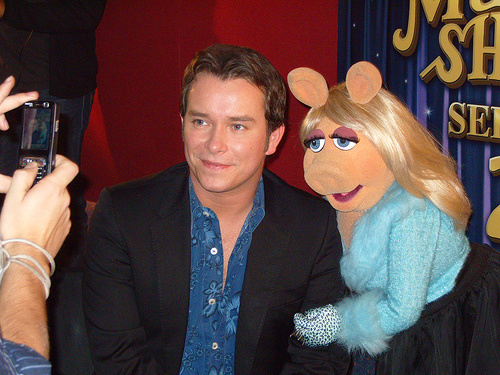 File:StephenGately-and-MissPiggy-for-Film24-in-2007.jpg