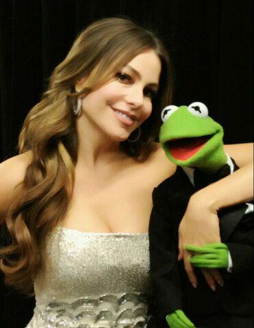 File:Kermit and Sofia Vergara.jpg