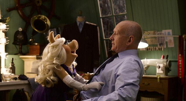File:Warburtons-Miss-Piggy-and-Jonathan-Warburton.jpg