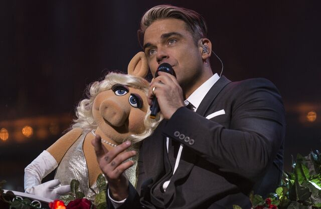 File:SwingsBothWays-MissPiggy&RobbieWilliams-(2013).jpg