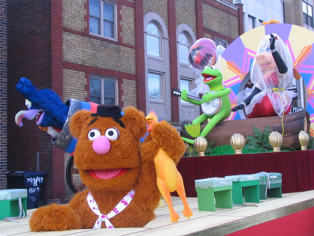 File:2011 Toronto Santa Claus Parade float pre-parade d.JPG