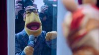 TheMuppets-S01E12-NewsmanPressMob