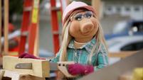 TheMuppets-S01E05-PiggyWorkingIt