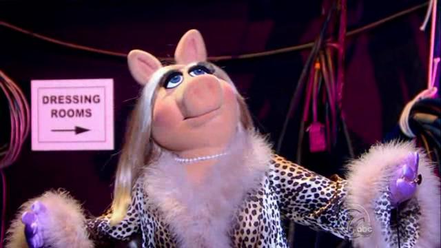 File:GagaMuppets-PiggyBackstage.png