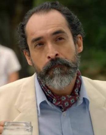 File:Fernando-neck-scarf.jpg