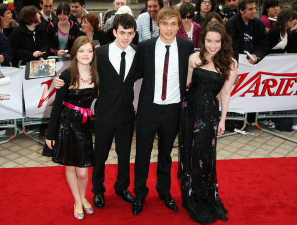 File:William+Moseley+Georgie+Henley+National+Movie+-f9G8Y7bCgMl.jpg