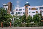 Lovia - King Dimitri Hotel - 800px-Wittenberg Hundertwasserschule