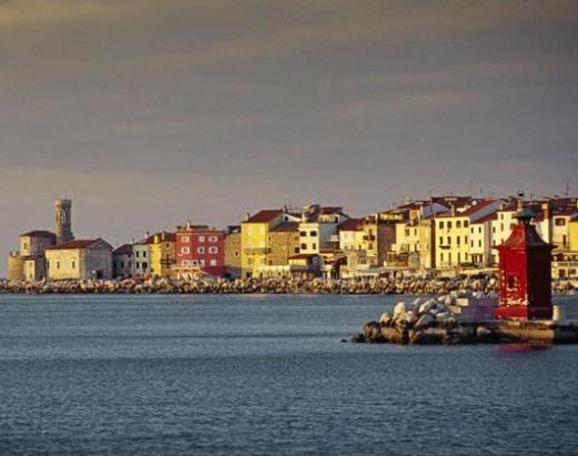 File:Insenatura overlooking the bay.jpg