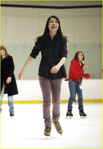 File:Miranda Cosgrove ice skating.jpg