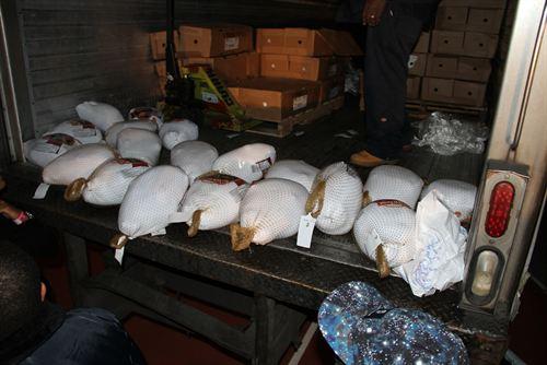 File:Nicki-minaj-hands-out-free-turkeys-to-her-old-school-in-queens16.jpg