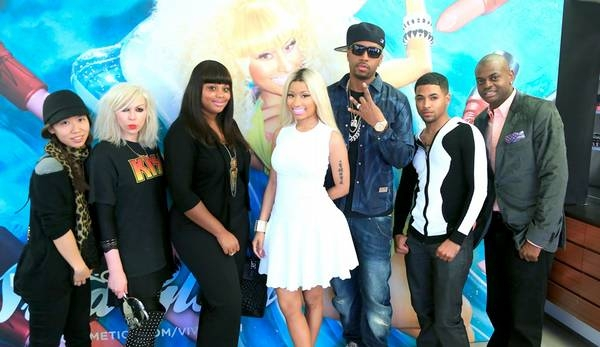 File:Nicki and the team.jpg
