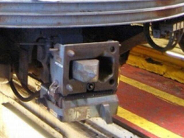 File:RailCarCoupler.H2Cx~Pic0.JPG