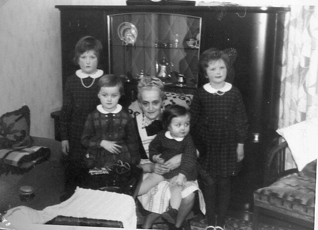 Datei:Martha Oelfke mit Enkelkindern.jpg