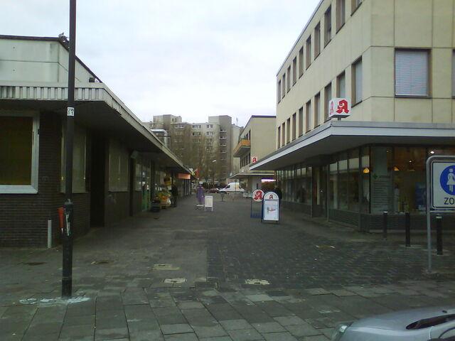 Datei:Einkaufspassage mit Kneipe.JPG