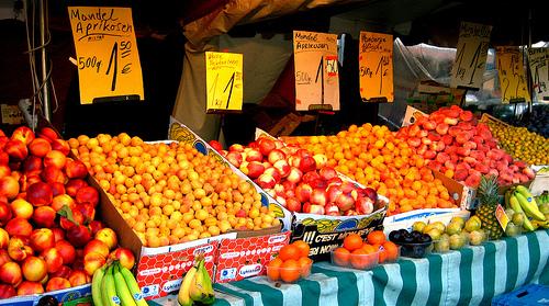 Datei:Wochenmarkt auf dem Wilhelmsplatz.jpg