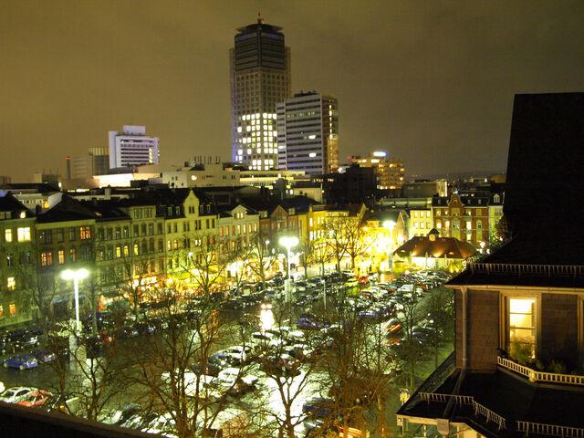 Datei:Wilhelmsplatz bei Nacht.jpg