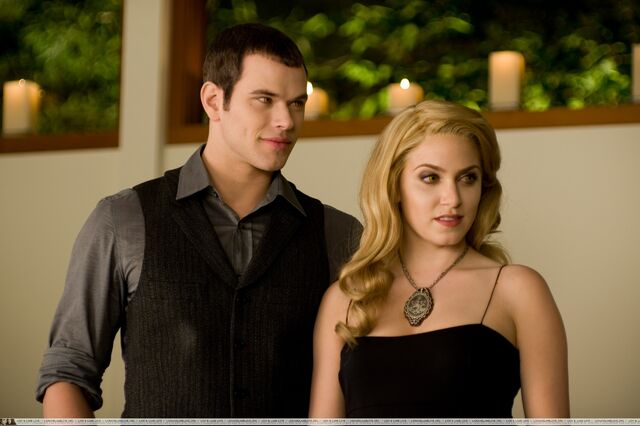 File:New-Moon-Still-emmett-and-rosalie-8986644-2560-1703.jpg