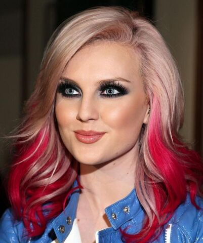 File:Perrie-edwards-doit-faire-face-aux-medias-514330255.jpg