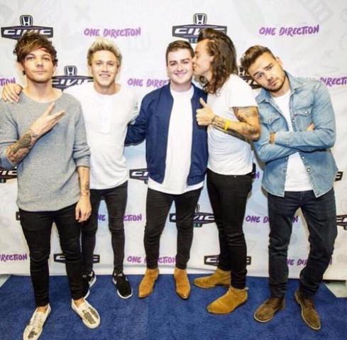 File:Harry Styles kissing male fan on the cheek.png
