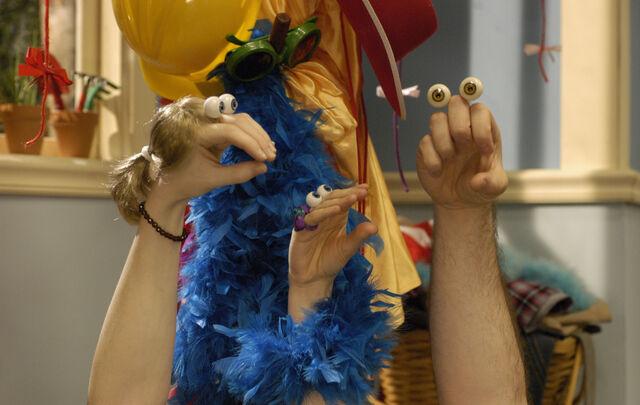 File:Noggin Oobi Uma Grampu Paula Scene Hand Puppets Nickelodeon.jpg