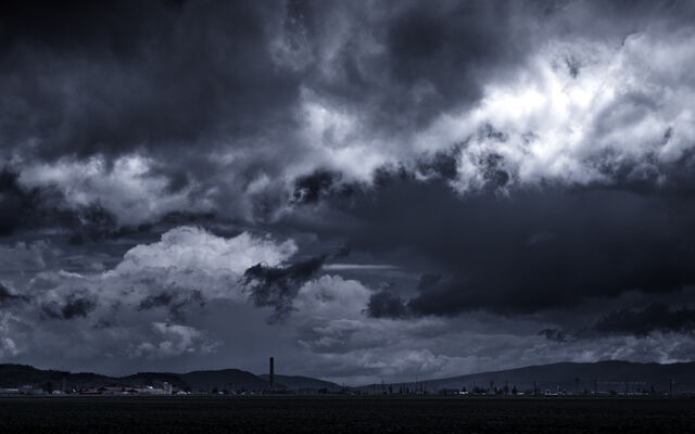 File:Storm-Clouds-on-Horizon-for-Native-Advertising.jpg
