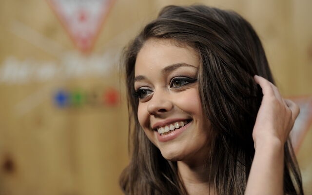 File:Sarah-hyland-beauty-smile-wallpaper-1740.jpg