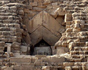 756px-Pyramid of Khufu - Entrance
