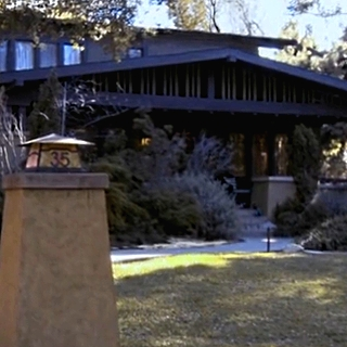 File:Leslies house Cropped.jpg
