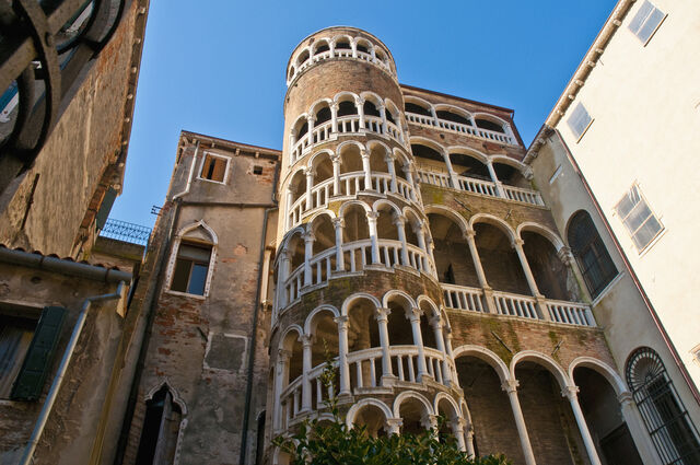 File:Contarini-del-Bovolo-Palace-famous-spiral-staircase-at-Venice-Italy.jpg
