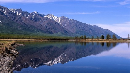 File:Baikal-lake-and-sayan-mountain-range-in-siberia 422 47923.jpg