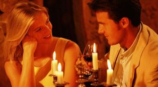 Romantic-dinner-couple-candlelight-604x334 0
