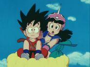 Goku i Chichi jako dzieci lecą na Kinto