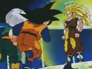 Goku SSJ Three (28) Przemiana II (5) Na pierwszym planie podekscytowani Goten i Trunks