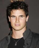 Robbie-amell-profile