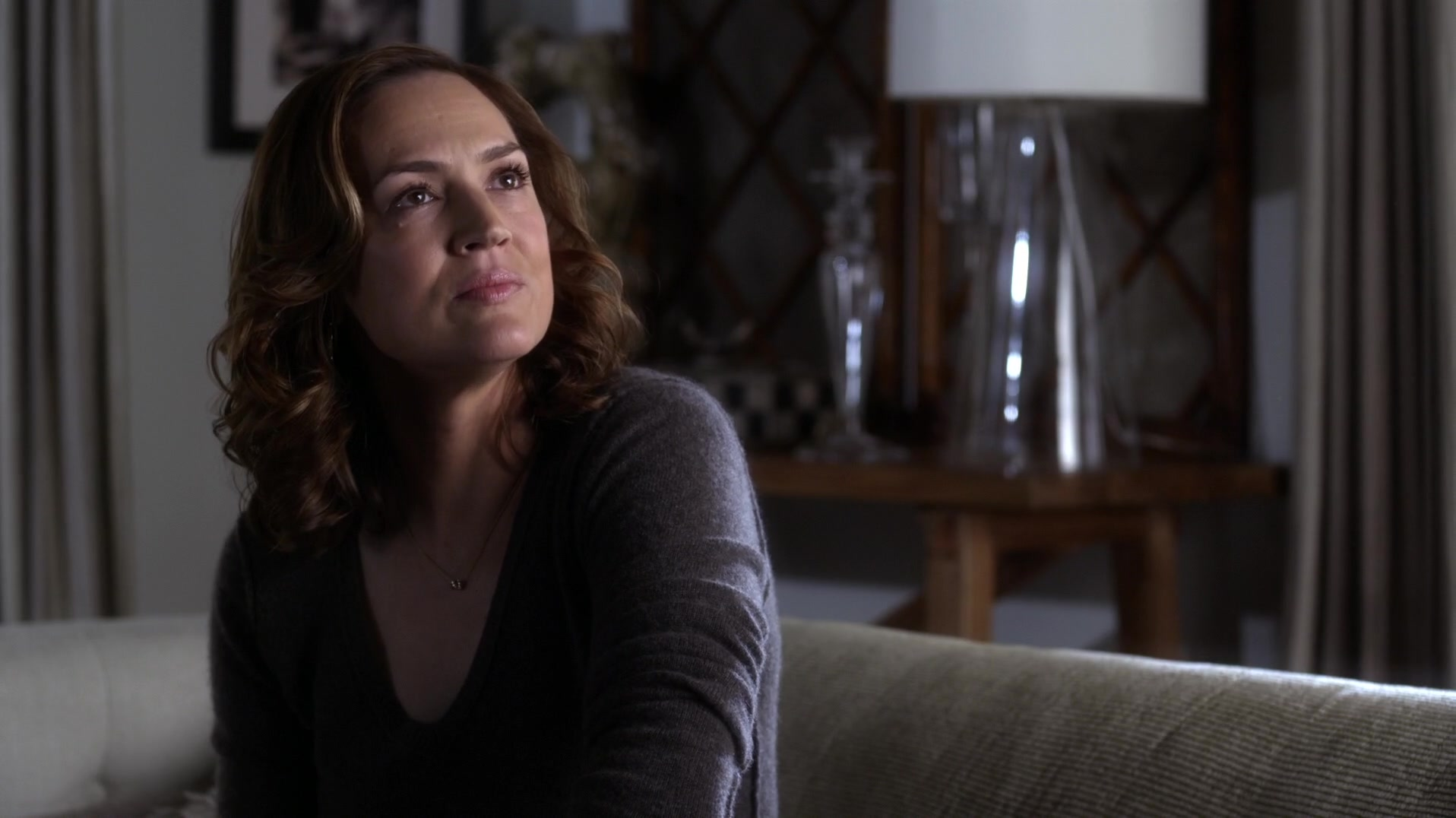 Related spencer hastings living room hanna marin kitchen - Veronica Is Looking Out The Side Door Window To The Crime Scene Technicians And Comments That It S Like Living In The Middle Of A Demolition Site Spencer