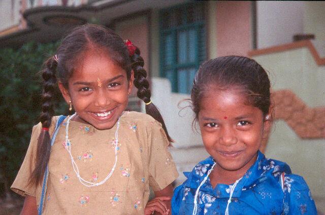 File:Tamil girls in Tiruvanamalai.jpg