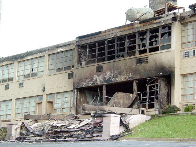 File:Skyline Parkway Motel Burned.jpg