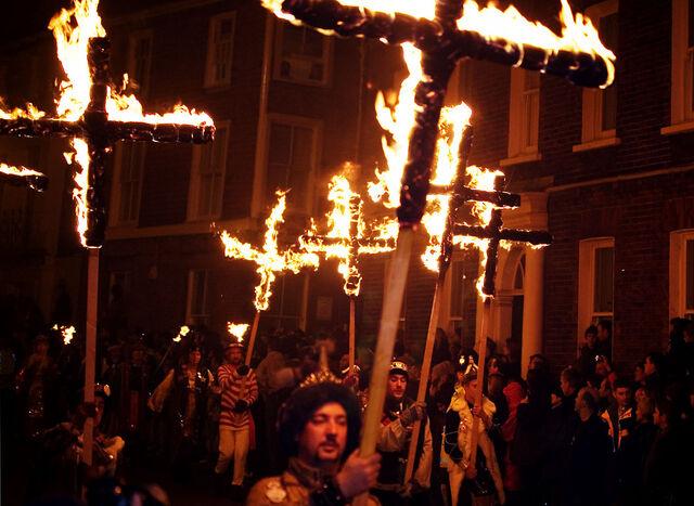 File:Lewes Bonfire, Martyrs Crosses.jpg