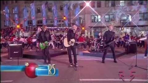 R5 - Christmas is Coming - The Magnificent Mile Lights Festival 2012 HD