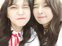 Yeri and Seulgi taking a selfie