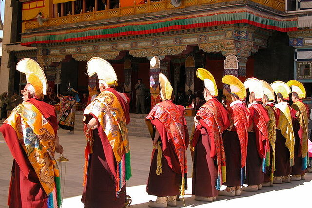 File:Shigatse Monks, Tibet.jpg