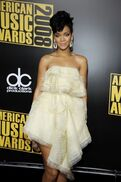 79712 rihanna-is-all-wrapped-in-her-in-yellow-dress-at-the-2008-amas