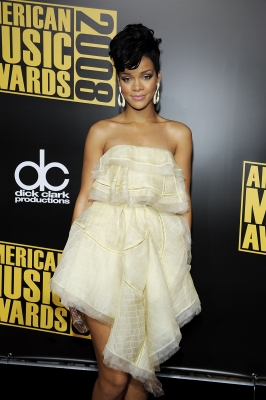 File:79712 rihanna-is-all-wrapped-in-her-in-yellow-dress-at-the-2008-amas.jpg