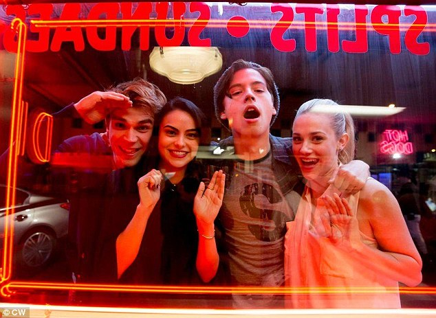 File:Riverdale cast in front of Pop Tate's first look.png
