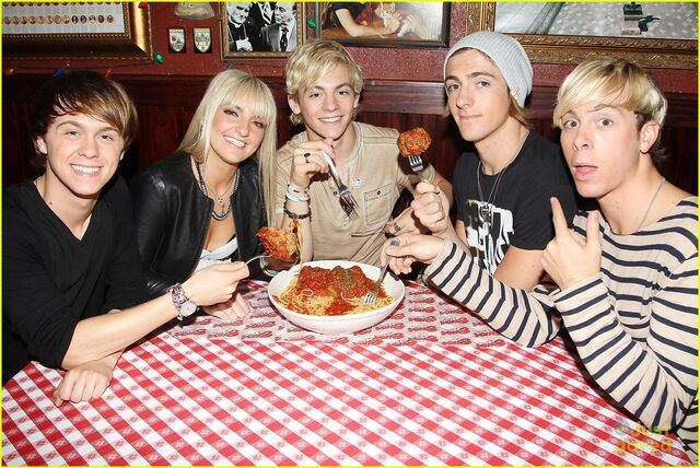 File:R5 with giant meatballs (2).jpg