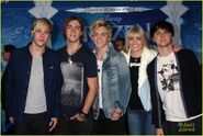 R5 at Frozen premiere (1)