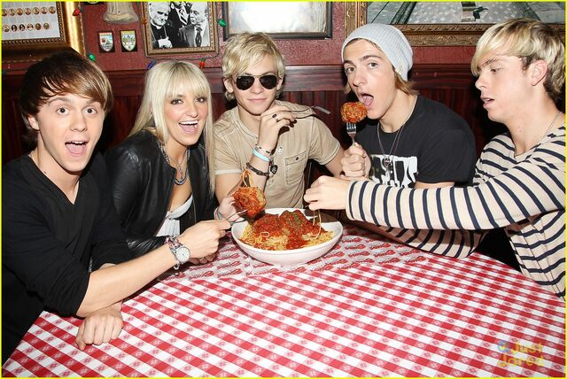 File:R5 with giant meatballs (1).jpg