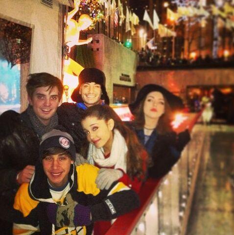 File:Ariana with Jai Brooks, Frankie Grande, Liz Gillies and Zach Sang.jpg